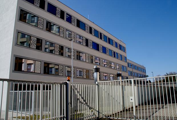 Особняком от остальных зданий стоит постройка, больше похожая на неплохую гостиницу или дом отдыха