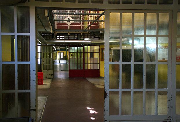 Сейчас тюрьма насчитывает 935 камер, заключенных немного меньше, порядка 830 человек