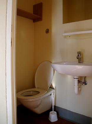 Каждая камера со своим туалетом с раковиной