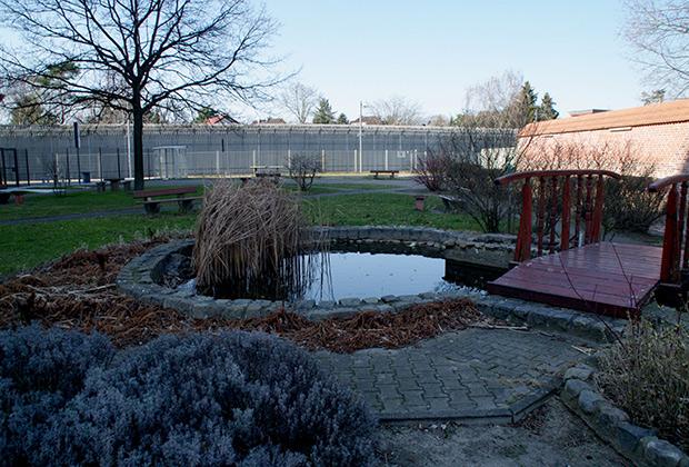 Территория тюрьмы больше напоминает загородный дом отдыха