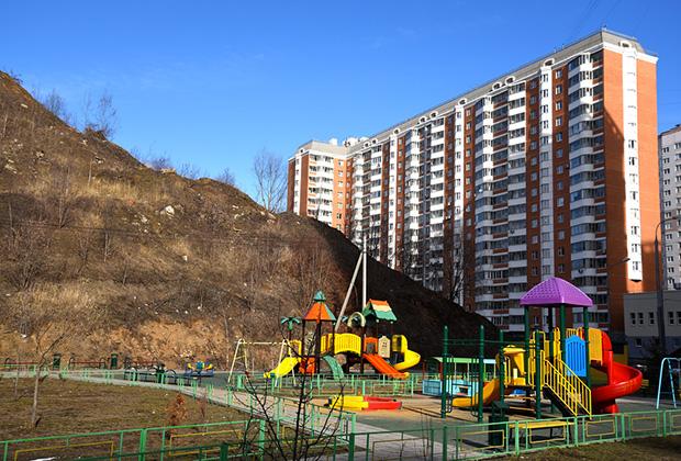 Москва, Некрасовка, детская площадка у свалки ТБО