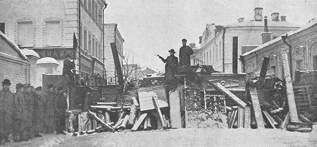 Дружинники с револьверами на баррикаде на Малой Бронной. Москва, декабрь 1905 года