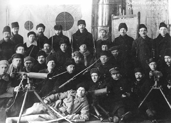 Рабочие Ижевских заводов в составе отряда красногвардейцев. На фотографии есть пулеметы «Виккерс» и «Шварцлозе», 1917 год