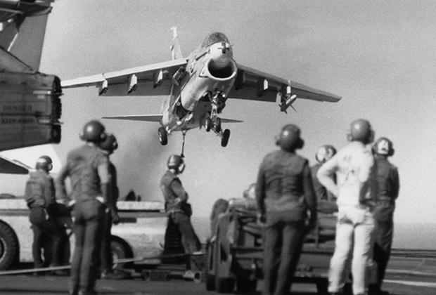 Палубный штурмовик A-7 Corsair