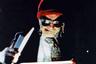 Эксцентричную экранизацию Годара (как и многие другие поздние фильмы французского режиссера) встретили прохладно — и она, конечно, испытывает терпение фанатов дословных адаптаций классики. Например, делает главным героем наследника Шекспира и вводит в сюжет десяток других абсурдных персонажей. Среди последних — монтажер мистер Элиен (Вуди Аллен), Норман Мейлер, сам Годар в роли профессора, одержимого ксерокопированием. Но стоит присмотреться к фильму Годара — и обнаружится, что он достигает удивительного эффекта: раскрывает суть и дух пьесы, практически полностью игнорируя ее текст.