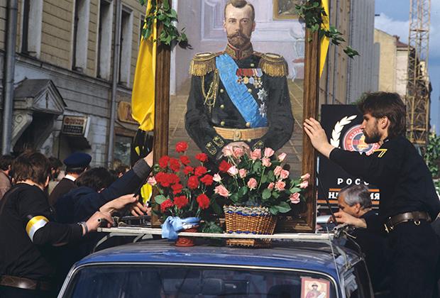 Члены Национально-патриотического фронта «Память» устанавливают на автомобиле портрет Николая II в день престольного праздника Николая-чудотворца