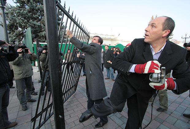 Нынешний спикер парламента пилит «болгаркой» секцию забора около здания Верховной Рады
