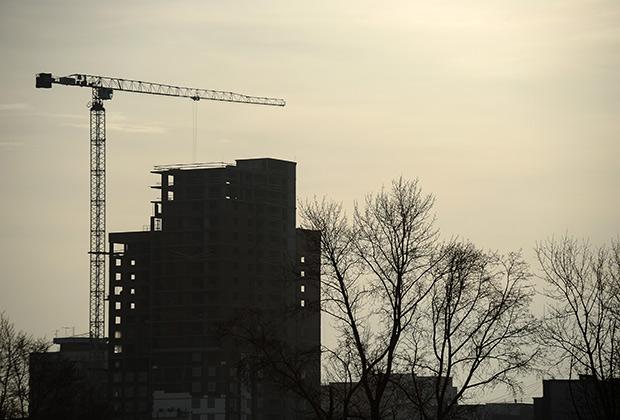 Строительство жилого дома на одной из улиц города. Донат Сорокин/ТАСС