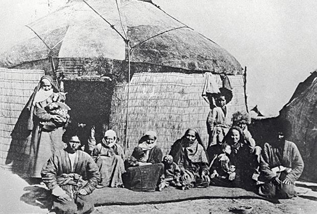 Текинская семья у входа в кибитку. Ашхабад, Туркменистан, 1881год