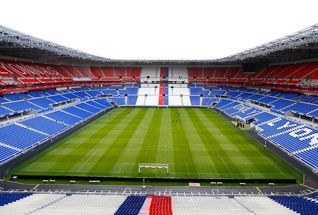 Поле нового стадиона в Лионе