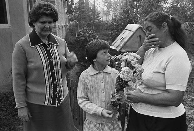 1986 год. Эвакуация населения из 30-километровой зоны Чернобыльской АЭС. Люди прощаются друг с другом и со своими домами