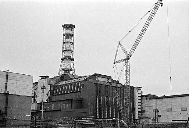 Саркофаг над аварийным четвертым энергоблоком Чернобыльской атомной электростанции