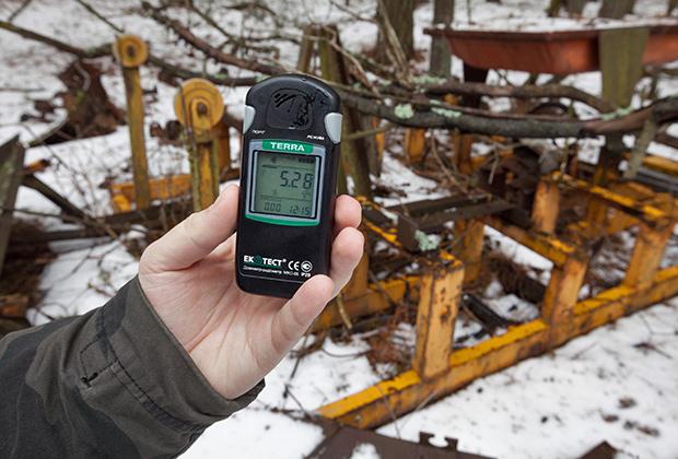 Чернобыль — 30 лет после аварии на Чернобыльской АС. Припять. В городе Припять и вообще в Чернобыльской зоне отчуждения до сих пор немало мест с повышенным уровнем радиационного фона. Дозиметр показывает уровень гамма-излучения 5280 микрорентген/час. Естественный фон, к примеру, в Москве — 15-20 микрорентген/час