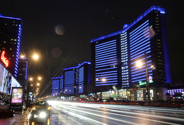 Дома на Новом Арбате, подсвеченные синим цветом в рамках международной акции Light It Up Blue («Зажги синим»), которая приурочена ко Всемирному дню распространения информации об аутизме