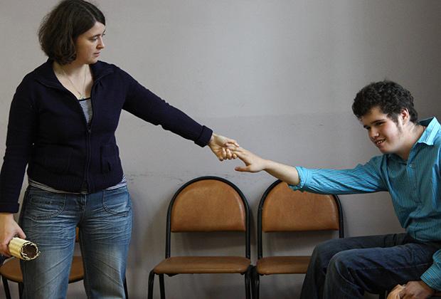 Ученик центра социальной реабилитации со своим педагогом-куратором