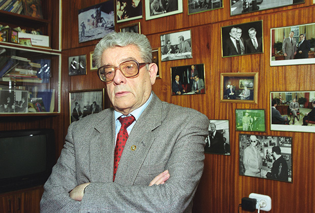 Валентин Сергеевич Зорин в своем кабинете