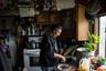 Волтер Кассайули, житель Ньютока — одного из отдаленных поселений Аляски, готовит традиционный обед из лосося, который сначала вялят, а затем коптят или отваривают.
