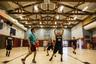 Дети постарше проводят вечера в баскетбольном зале местной школы.