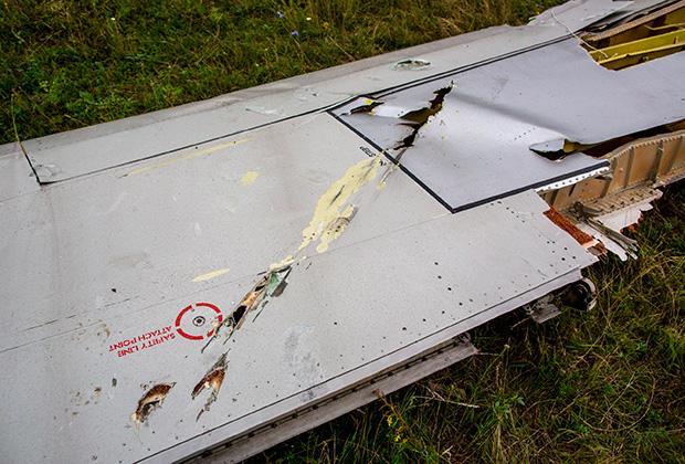 Возможные повреждения от авиационной пушки или осколков ракеты на крыле потерпевшего крушение Boeing 777