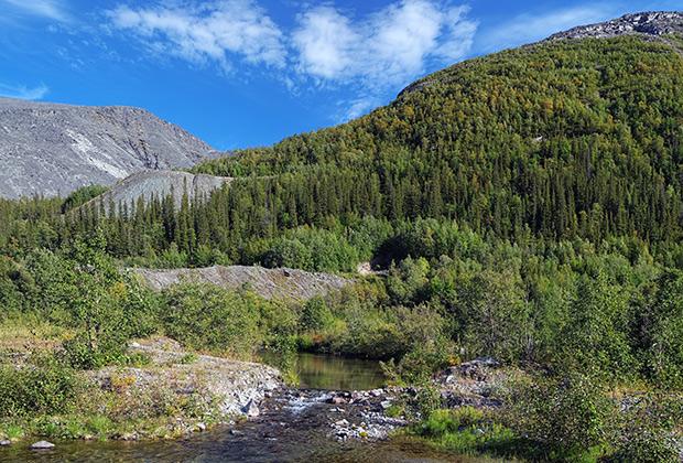 Река Рисйок, горный массив Рисчорр и гора Куэльпорр в Хибинах летом, Кольский полуостров
