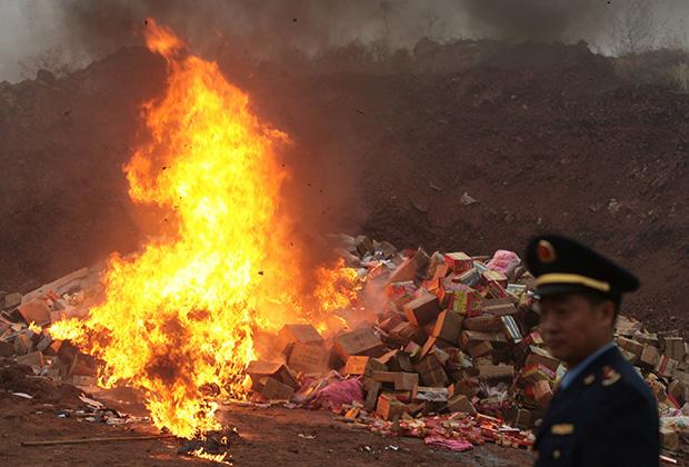 Уничтожение контрафактной продукции китайскими правоохранительными органами