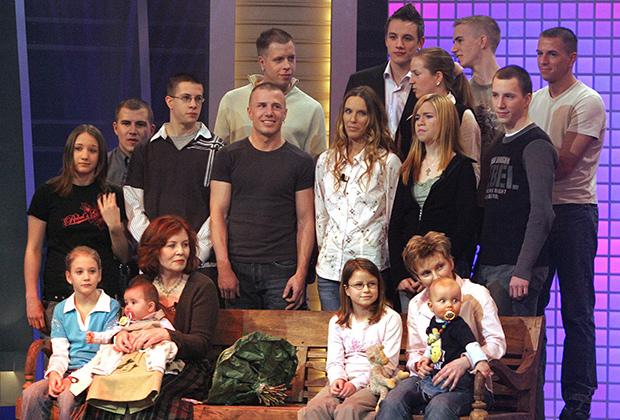 Аннегрет Раунигк (первый ряд, вторая слева) с детьми