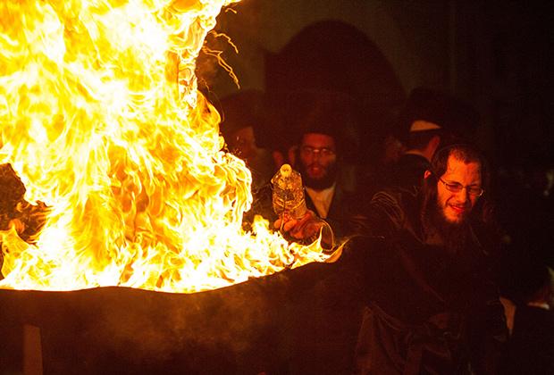 Еврей-хасид подливает масло в огонь во время праздника Лаг ба-омер