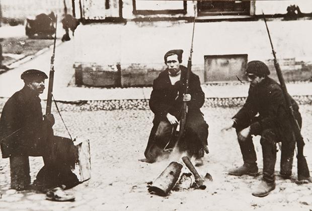 Красногвардейцы у костра, октябрь 1917 года