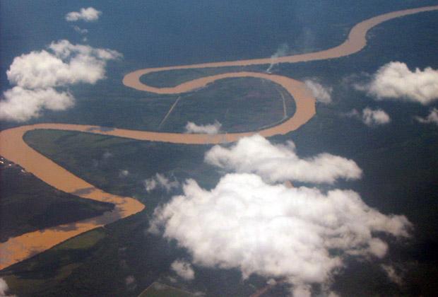 Из-за активных лесозаготовок вода в реках Борнео коричневого цвета