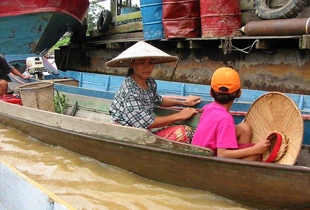 До поселений «диких» даяков можно добраться только по реке