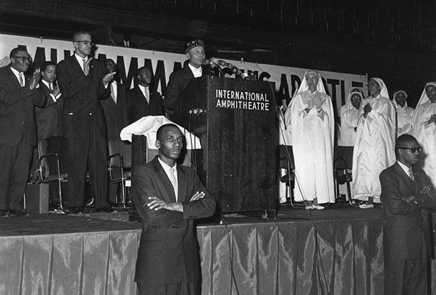 Элайджа Мухаммад, основатель и глава «Нации ислама», читает лекцию в Чикаго. Февраль 1961 года