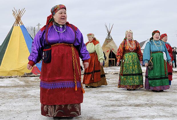 Народные гуляния во время празднования Дня оленевода в саамском селе Ловозеро