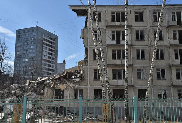 Москва. Снос пятиэтажного жилого дома на Ярцевской улице