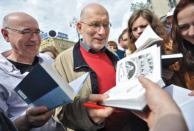 Григорий Чхартишвили (в центре) во время акции «Контрольная прогулка» на Пушкинской площади, 2012 год