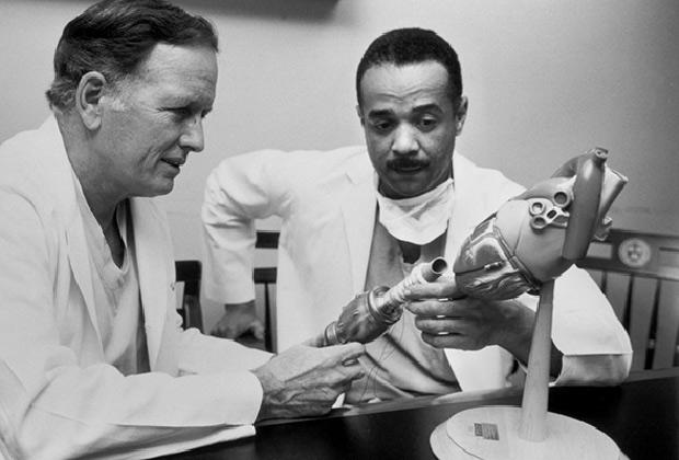 Доктор Джон Норман (справа) с прототипом искусственного сердца