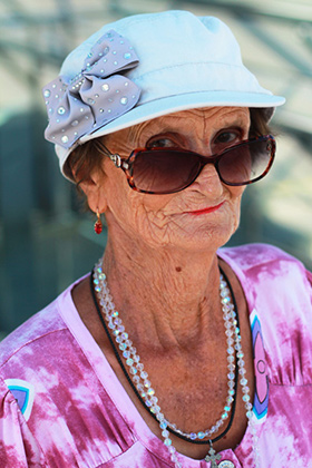 «Красивая я в молодости была, но и сейчас неплохо выгляжу, внутри ощущаю себя лет на 60. Одеваюсь не по-стариковски, а когда спрашивают про возраст, отвечаю: 65. Почему? Вот просто так хочу».