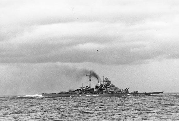 Снимок сделан с борта крейсера «Принц Ойген». На фото заметен дифферент на нос, ставший следствием попадания британского 356-мм снаряда с линкора «Принц Уэльский».