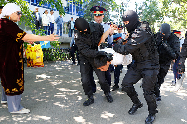 Riot police officers detain a demonstrator during a protest against President Nursultan Nazarbayev's government and an unpopular land reform it has proposed, in Almaty, Kazakhstan, May 21, 2016. REUTERS/Shamil Zhumatov - RTSF8ZX