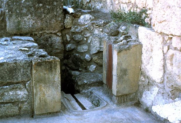 Один из первых известных туалетов, который промывался водой, находится во дворце в Кноссе на острове Крит.