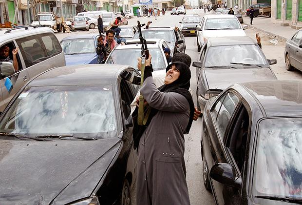 Ливийская женщина празднует свержение Муаммара Каддафи. 19 марта 2011