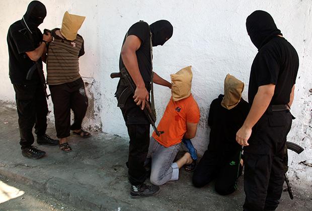 ХАМАС и палестинцы, которых подозревают в сотрудничестве с израильтянами. 22 августа 2014