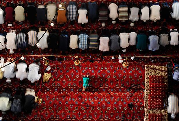 Молящиеся в стамбульской Голубой мечети