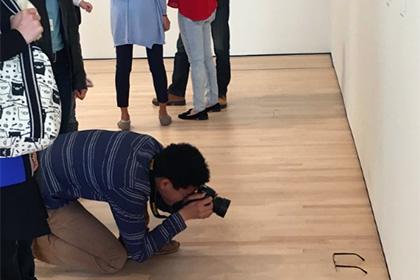 Забытые на полу музея очки приняли за произведение современного искусства