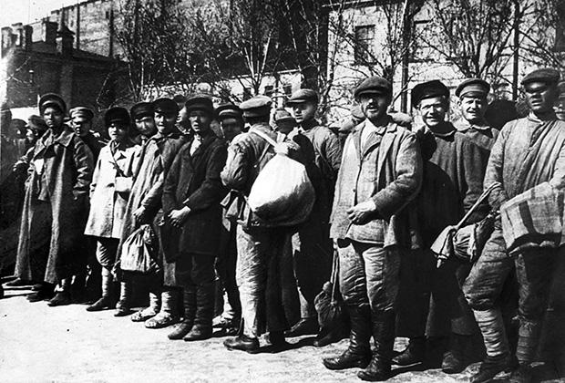 Крестьянская молодежь, отправляющаяся на защиту Петрограда