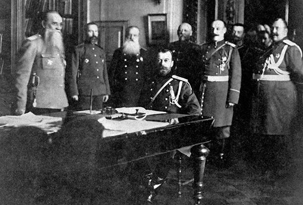 Император Николай II (сидит за столом) и члены Военного совета