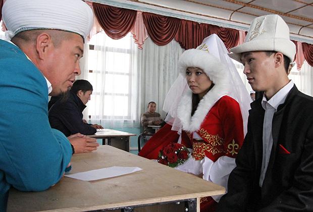 Мулла наставляет жениха и невесту перед обрядом бракосочетания в Бишкеке