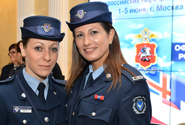 Полицейские из Кипра. Лина (слева) пошла на службу по стопам отца. Участвовала в подавлении уличных беспорядков