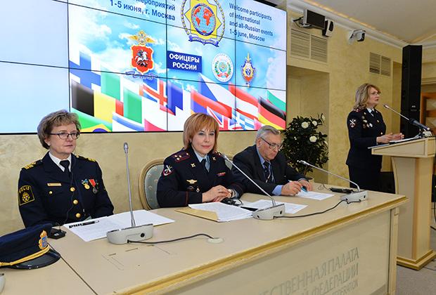 Шведка Мей-Бритт Ринальдо (слева) и председатель Ассоциации женщин полиции Москвы Марина Астахова