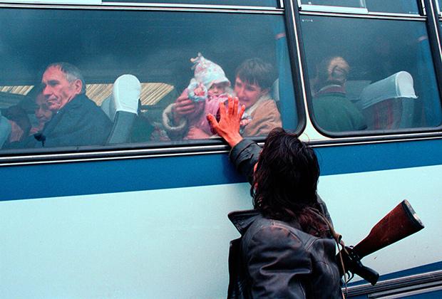 Боснийский серб провожает родных, эвакуирующихся из зоны боевых действий
