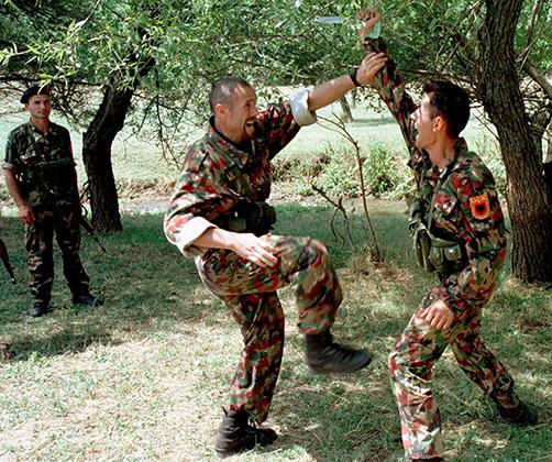 Тренировка боевиков Армии освобождения Косово, июль 1998 года